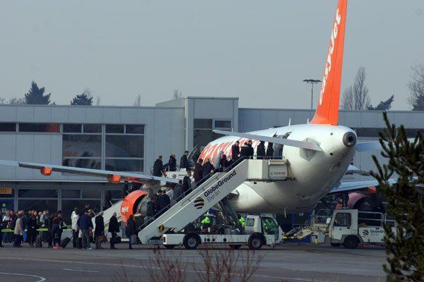 Passagiere besteigen am Flughafen Berlin-Schönefeld ein Flugzeug der easyJet (© O. Pritzkow)