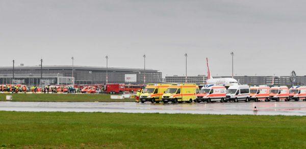 Notfallübung MANV 500 - Insgesamt waren rund 1.400 Einsatzkräfte und rund 350 Rettungsfahrzeuge vor Ort. Die Übung wurde auf den Rollwegen im Bereich der südlichen Start- und Landebahn des zukünftigen Flughafens Berlin Brandenburg durchgeführt.
