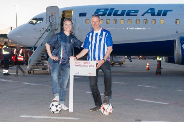 Diana Wesser (Sales Managerin, Blue Air Deutschland) und Andreas Ley (Aviation Marketing, FBB GmbH) vor der Boeing 737.