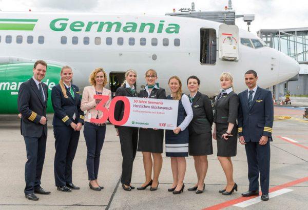 Erstflug nach Bodrum mit der Crew von Germania und Vicky Kramer, Director Marketing Germania (3.v.l.), und Jana Friedrich, Aviation Marketing Flughafen Berlin Brandenburg GmbH (6.v.l.)