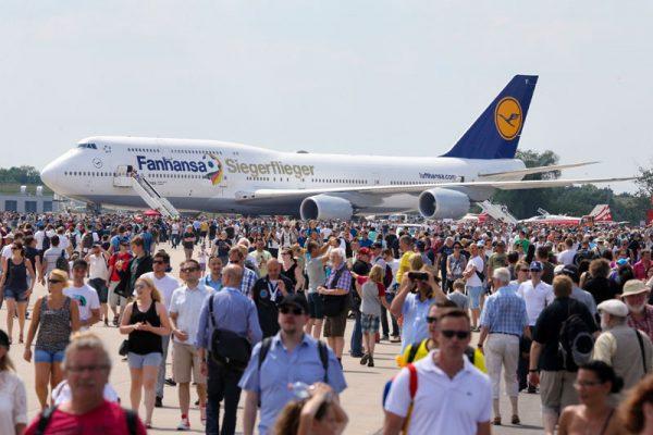"""Zum ILA-Ausklang gab der Lufthansa-""""Siegerflieger"""" seine Visitenkarte auf der Berlin Air Show ab. (© R. Günther/Messe Berlin)"""