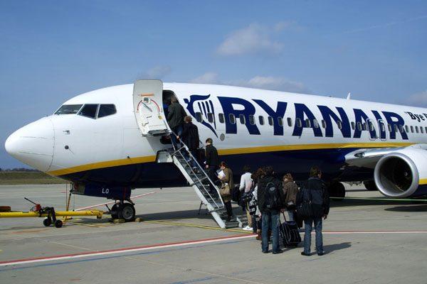 Passagiere besteigen ein Flugzeug der Ryanair (© O. Pritzkow)