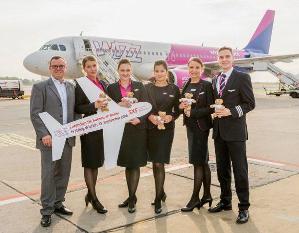 Erstflug nach Kutaissi in Georgien. Wizz Air bereichert den Flugplan ab Berlin-Schönefeld um eine neue Destination. V.l.n.r.: Simon Miller (Aviation Marketing, Flughafen Berlin Brandenburg GmbH), Csilla Bona (Cabin Crew, Wizz Air), Gizella Menö (Senior Cabin Crew, Wizz Air), Kim Sziertes (Cabin Crew, Wizz Air), Agrueseka Krzakaka (Senior Cabin Crew, Wizz Air), Jurriaan Westerduin (Senior First Officer, Wizz Air)