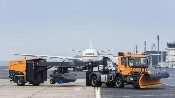 Einer von insgesamt vier Räumzügen in Tegel: Die Zugmaschine hat 440PS, der Schneepflug ist 7,20 Meter breit. Im Hintergrund ein Airbus der Luftwaffe (© G. Wicker/FBB)
