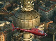 Der knallrote Hubschrauber von Air Service Berlin über dem Alexanderplatz. (© ASB)