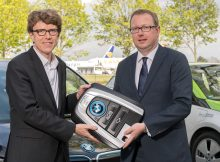 Prof. Dr.-Ing. Engelbert Lütke Daldrup (links) übernimmt symbolisch den ersten Schlüssel von Christian Falkinger, Leiter Vertriebsservice und Sonderfahrzeuge bei BMW Deutschland (rechts). (© G. Wicker/FBB)