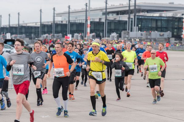 Die Teilnehmer konnten aus fünf Disziplinen wählen. Der Lauf führte entlang der Piers, übers Vorfeld, unter Fluggastbrücken hindurch sowie über einen Teil der südlichen Start- und Landebahn. (© FBB)