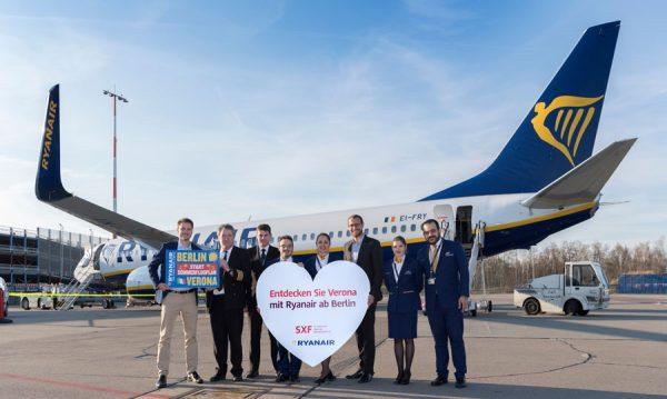 Markus Leopold (links) (Marketing and Sales Executive DACH & Hungary) und Johannes Mohrmann (3.v.r.) (Senior Manager Key Account and Business Development, Flughafen Berlin Brandenburg GmbH) inmitten von Ryanair-Crew.