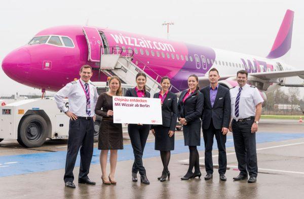 V.l.n.r.: Anatolii Popenaka (Kapitän Wizz Air), Jana Friedrich (Senior Manager Key Account and Business Development, Flughafen Berlin Brandenburg GmbH), Alina Grapini (Crew Wizz Air), Tatiana Rata (Crew Wizz Air), Zaneta Tywoniuk (Crew Wizz Air), Oskar Rudnik (Crew Wizz Air) und Oliver Seipp (Kopilot Wizz Air)