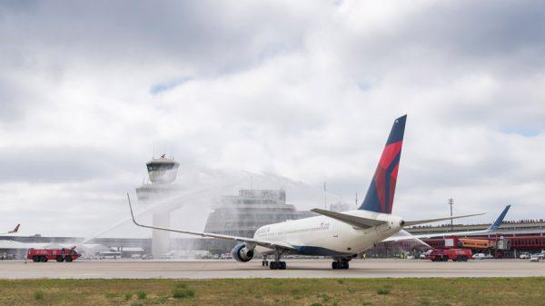 Begrüßung des Delta-Erstaflugs am 26. Mai 2017 durch die Flughafen-Feuerwehr (Foto: G. Wicker/FBB)