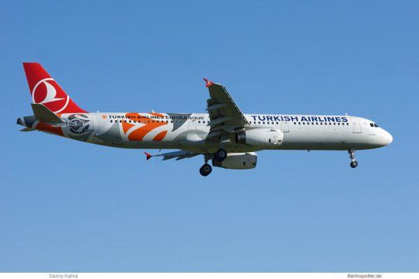 Turkish Airlines, Airbus A321-200 TC-JRO, EuroLeague-Bemalung (TXL 2.6. 2017)