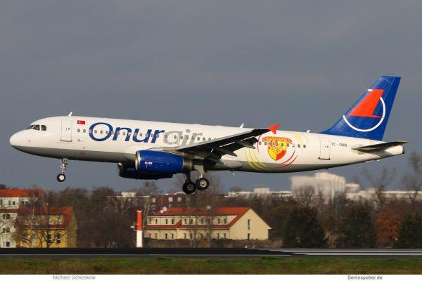 Onur Air Airbus A320-200 TC-OBS, Göztepe-Sticker (TXL 26.11. 2017)
