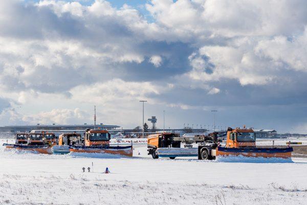 Räumkolonne auf dem Vorfeld am Flughafen Schönefeld (Foto: G. Wicker/FBB)