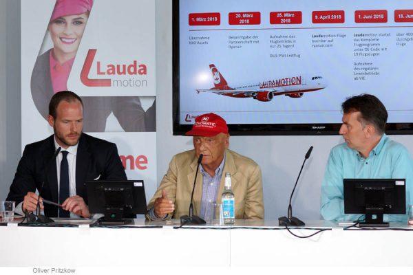 Die Geschäftsführung von Laudamotion, Andreas Gruber (l.) und Niki Lauda (M.), stellt den Winterflugplan 2018/2019 ab Berlin vor. (© O. Pritzkow)