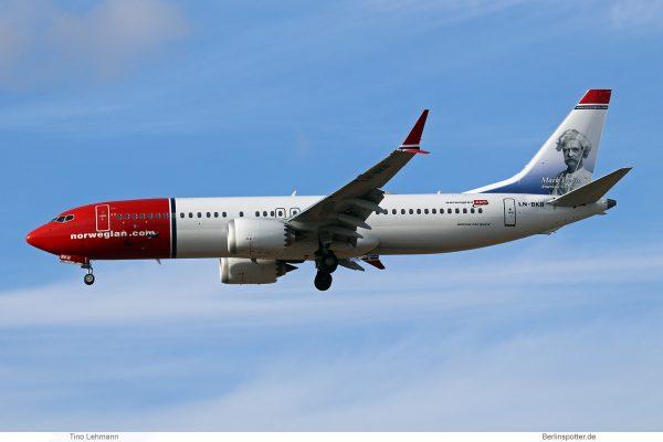 Norwegian Air Shuttle, Boeing 737 MAX 8 LN-BKB, Mark Twain im Tail (SXF 28.9.2018)