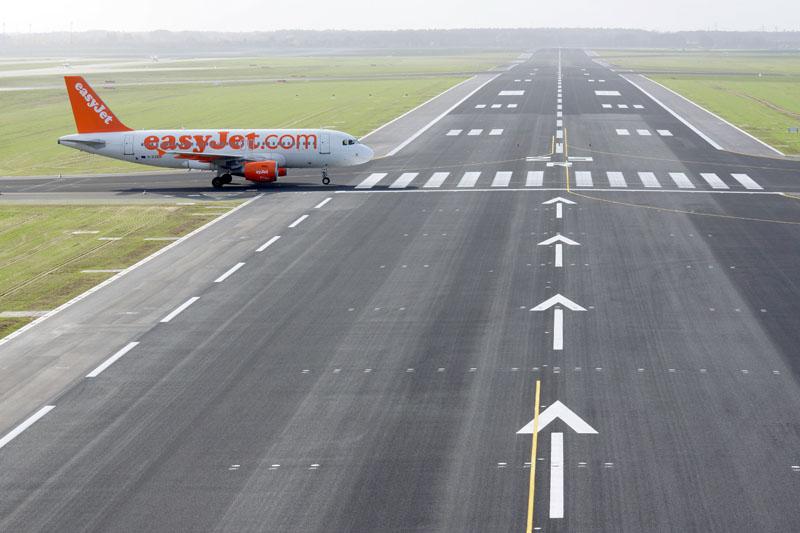 Ein Flugzeug der easyJet kreuzt die Runway 25R (© O. Pritzkow)