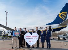Markus Leopold (links) (Marketing and Sales Executive DACH & Hungary) und Johannes Mohrmann (3.v.r.) (Senior Manager Key Account and Business Development, Flughafen Berlin Brandenburg GmbH) inmitten von Ryanair-Crew.