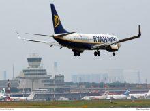 Eine Boeing 737-800 der Ryanair landet in Tegel.