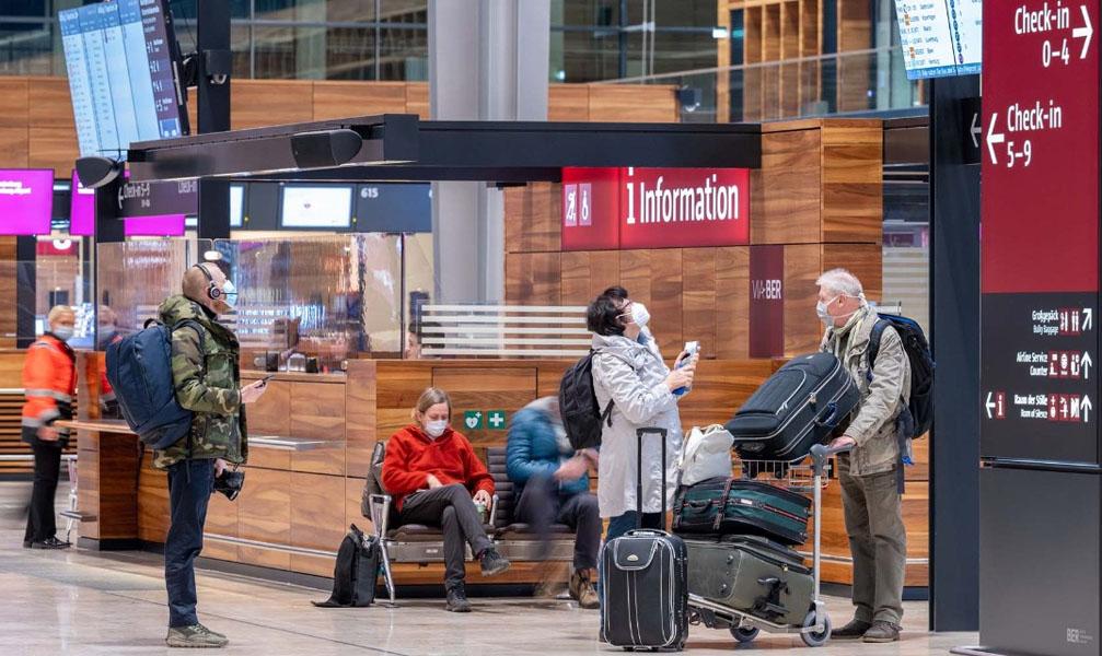 Passagiere im Flughafen BER (Foto: FBB)
