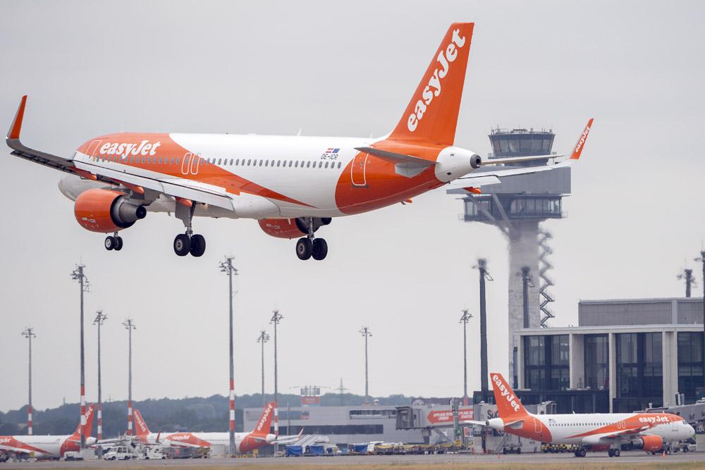Ein Flugzeug der easyJet landet am Flughafen BER (Foto: easyJet)