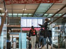 Passagiere im Terminal 1 des BER (Foto: G. Wicker/FBB)